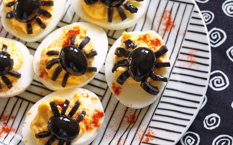 Halloween Eggs – Spiders at Table